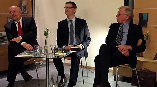 Das Foto zeigt: (v.l.) Axel Schäfer, Thorsten Schäfer Gümbel und Olaf Schwencke bei der Buchvorstellung.