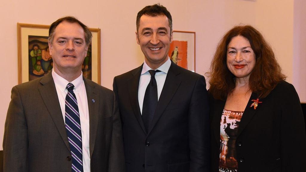 Robert Bilott (l.) und Monika Griefahn zu Besuch bei dem Grünen-Politiker Cem Özdemir.
