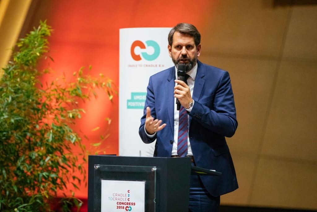 Niedersachsens Umweltminister Olaf Lies spricht ins Mikrofon.