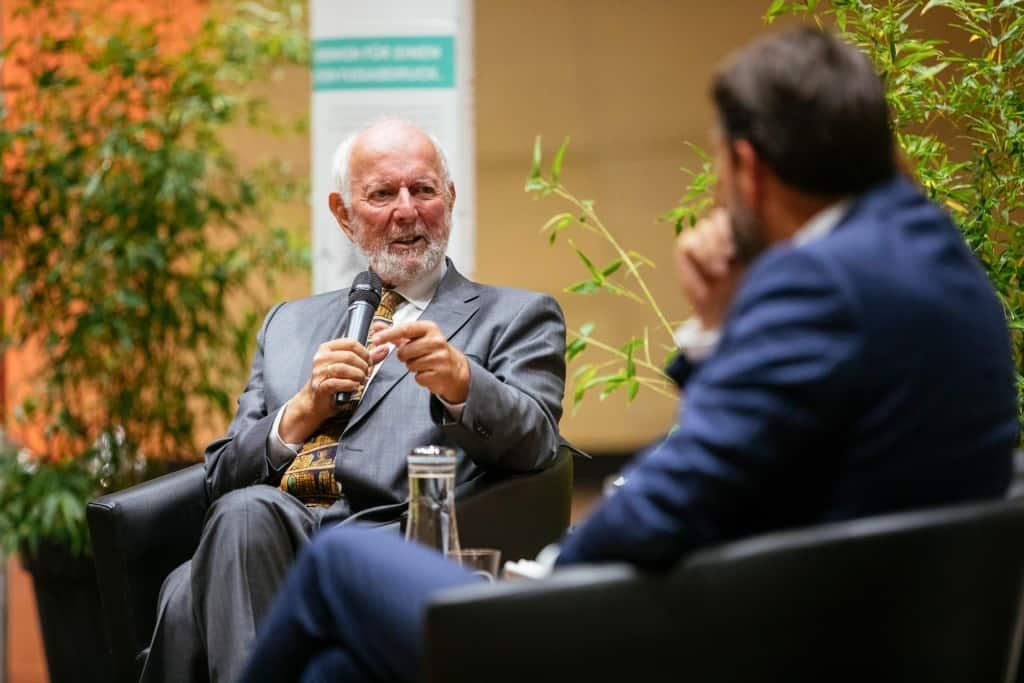 Ernst-Ulrich von Weizsäcker spricht ins Mikrofon.