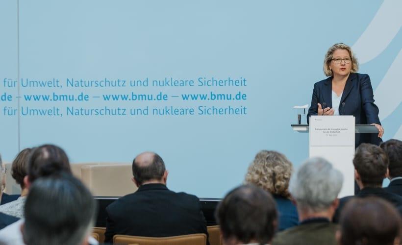 Ministerin Svenja Schulze begrüßt die Gäste.