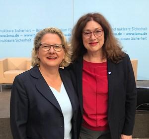 Svenja Schulze und Monika Griefahn stehen zusammen.
