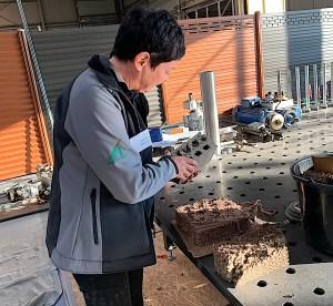 Eine Mitarbeiterin arbeitet mit dem Material Megawood