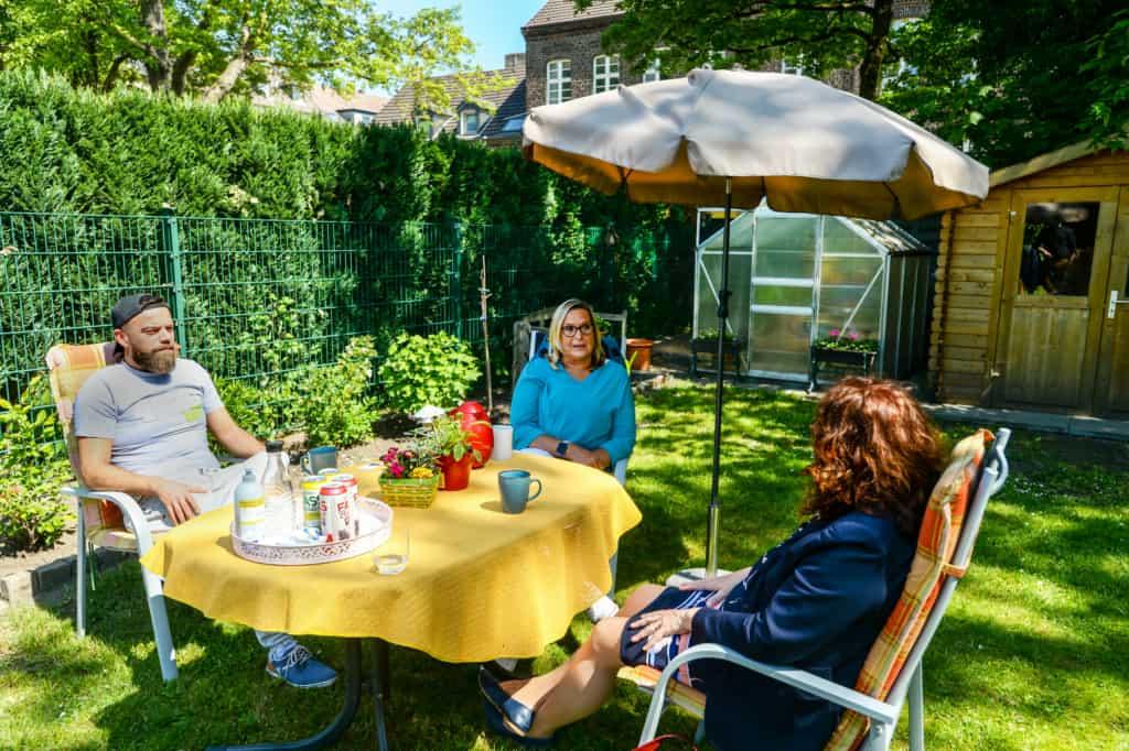Monika Griefahn mit Sue Guardado und Daniel Zschocke, Mitglieder des Leitungskreises von 4330hilft
