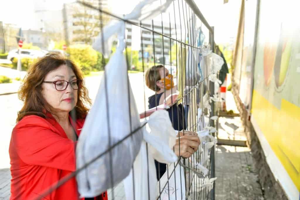 Monika Griefahn am Gabenzaun auf dem Dieter-aus-dem-Siepen-Platz
