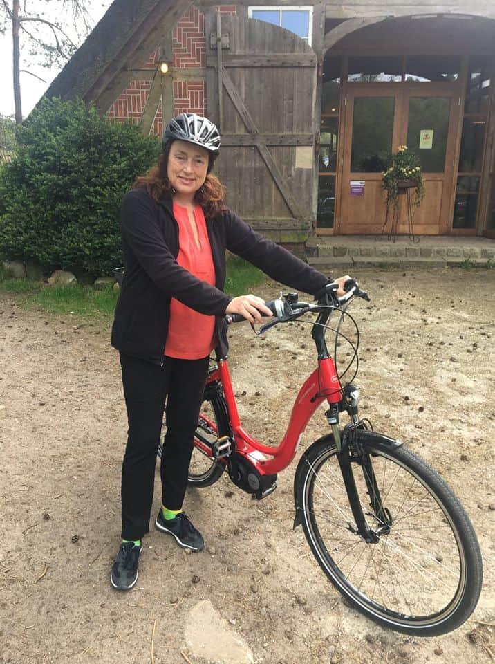 Monika Griefahn mit dem Fahrrad