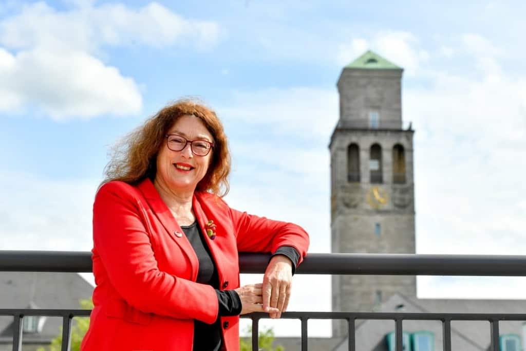 Monika Griefahn vor dem Rathausturm