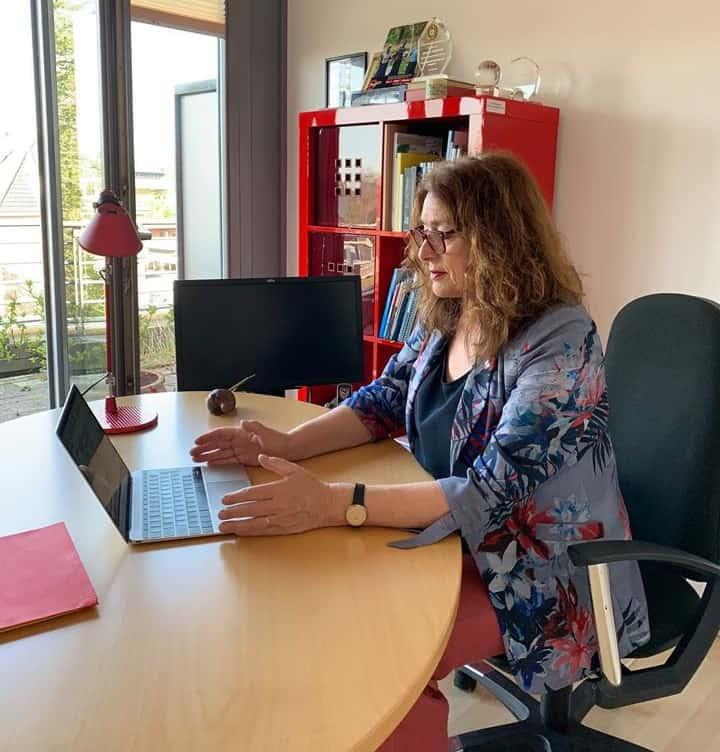 Monika Griefahn am Schreibtisch