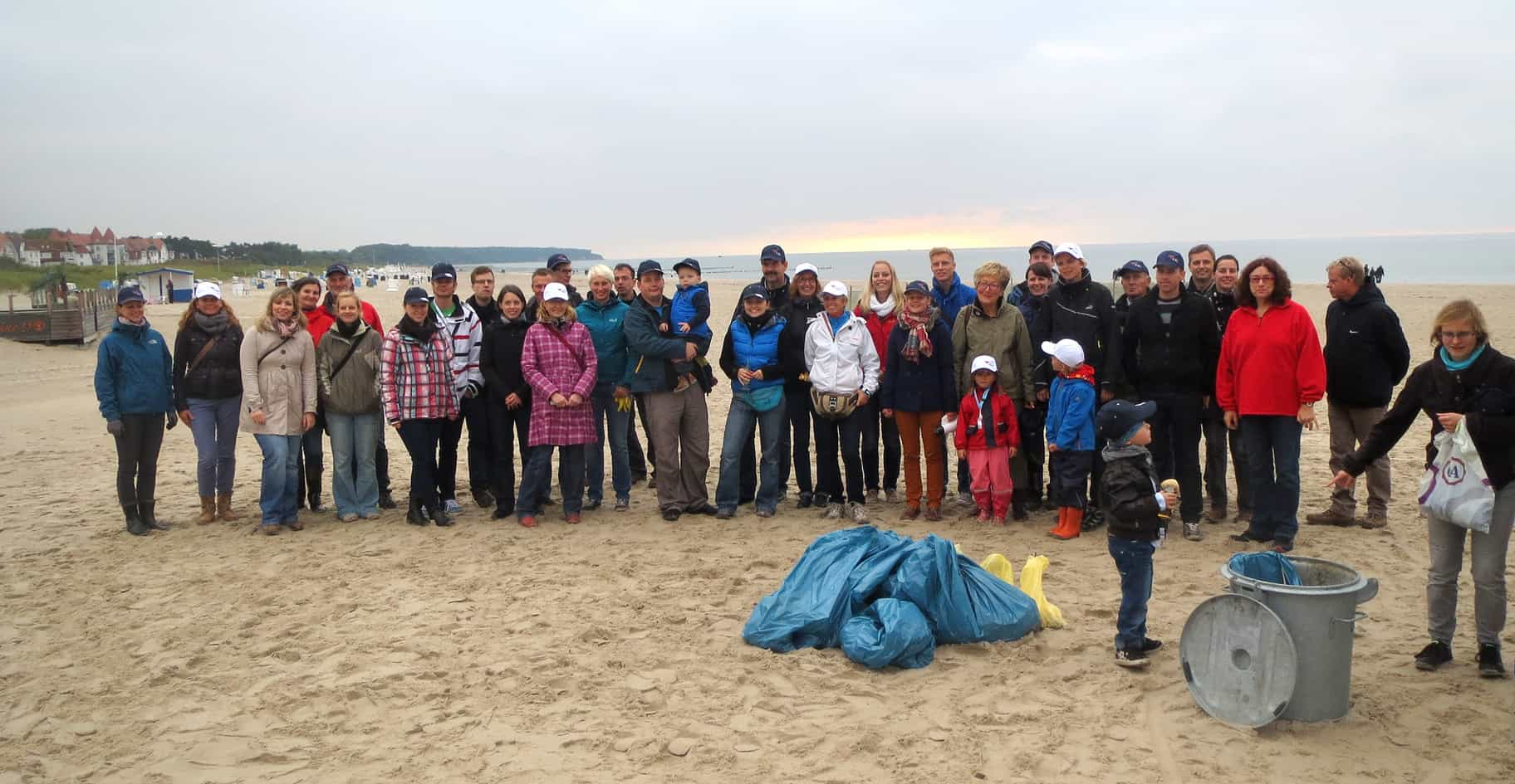 2013: Many people supported Monika Griefahn and the AIDA Cruises employees at the coastal cleanup day in Rostock-Warnemünde.