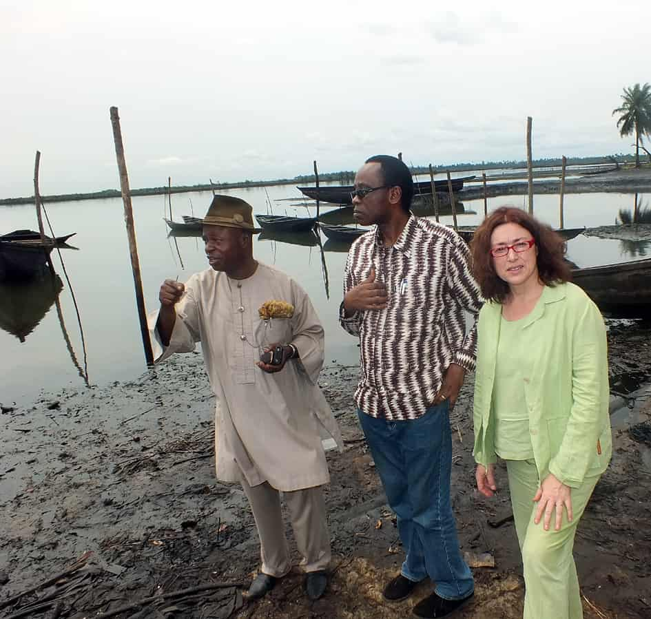 2013: Zusammen mit Nnimmo Bassey, Träger des Alternativen Nobelpreises,besucht Monika Griefahn das ölverseuchte Ogoni-Gebiet in Nigeria.