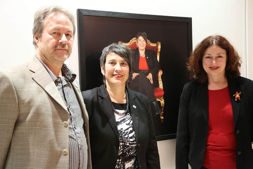 """2014: Monika Griefahn mit Monika Hauser, Trägerin des Alternativen Nobelpreises in der Ausstellung """"Bescheidene Helden"""" vor ihrem Portrait. Foto: Holger Biermann"""