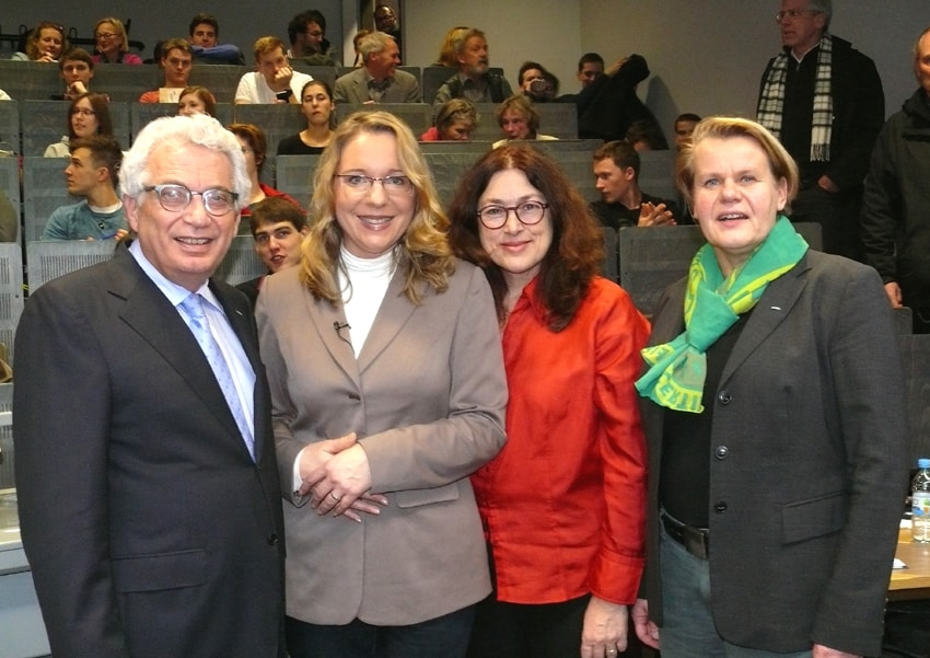 2016: TUHH-Präsident Prof. Dr. Dr. h.c. Garabed Antranikian (l.) und Professorin Dr.-Ing. Kerstin Kuchta (r.) begrüßen mit mir unsere Referentin Claudia Kemfert im Seminar Umweltpolitik und Nachhaltigkeit.