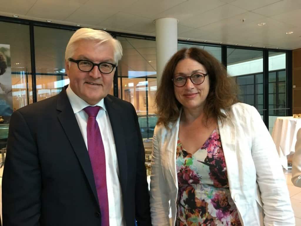 2016: Monika Griefahn mit Außenminister Frank-Walter Steinmeier bei einer Veranstaltung des Bündnisses Deutschland hilft.