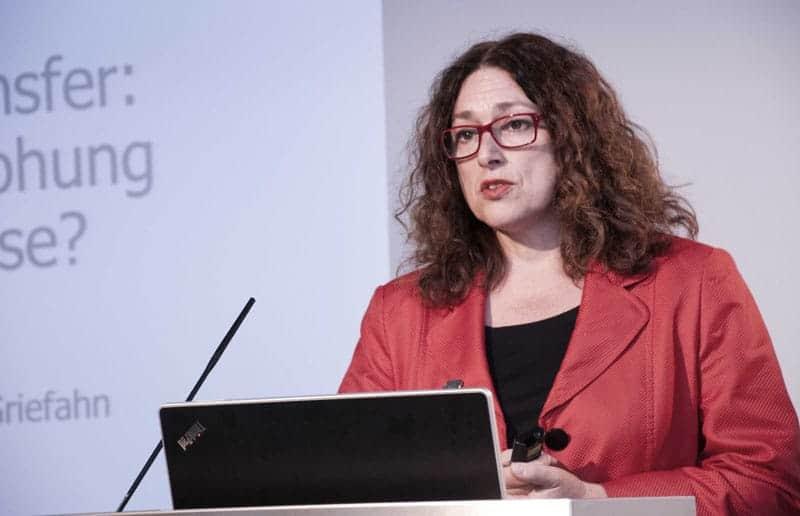2012: Monika Griefahn am Rednerpult beim Deutschen Institut für Wirtschaftsforschung.